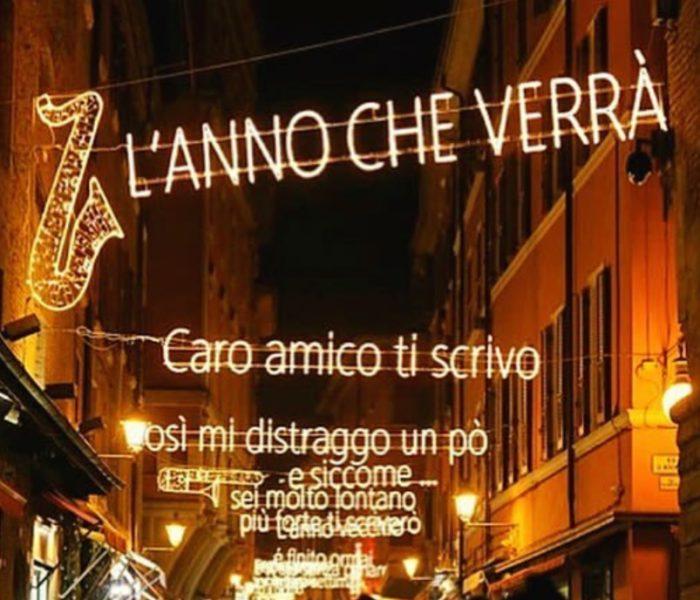 Ki Szeretne Kirakatnézegetés Közben Olasz Slágert Dúdolni? Lucio Dalla Zenés Fényfüzér Bologna Belvárosában