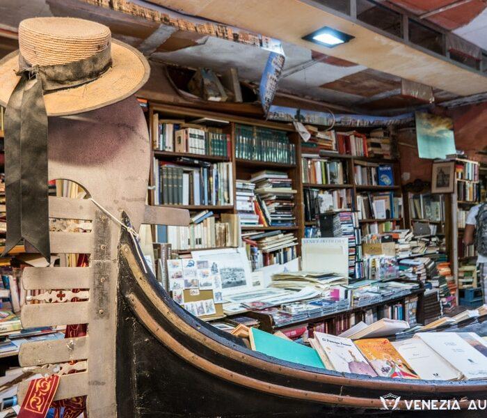 Libreria Acqua Alta, Gondola A Könyvesboltban